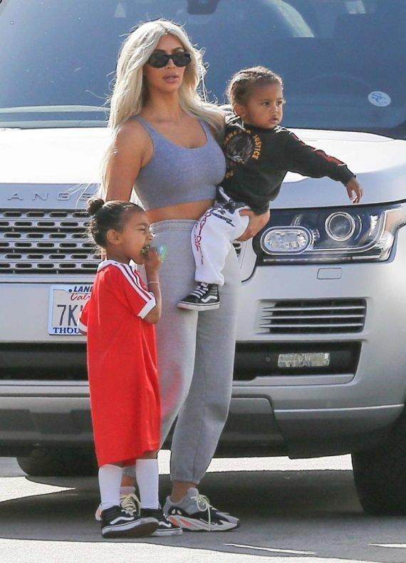 Vida Press nuotr./Kim Kardashian su vaikais North ir Saintu