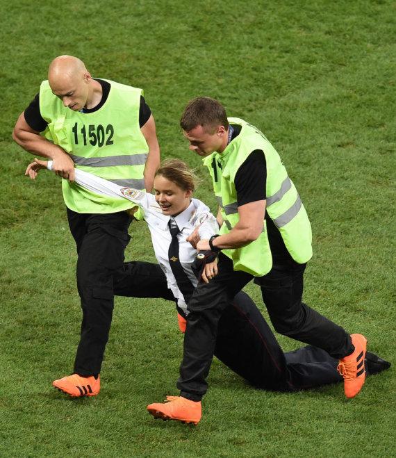"""""""Scanpix""""/""""Sipa USA"""" nuotr./""""Pussy Riot"""" Pasaulio futbolo čempionato finalo metu išbėgo į aikštelę"""