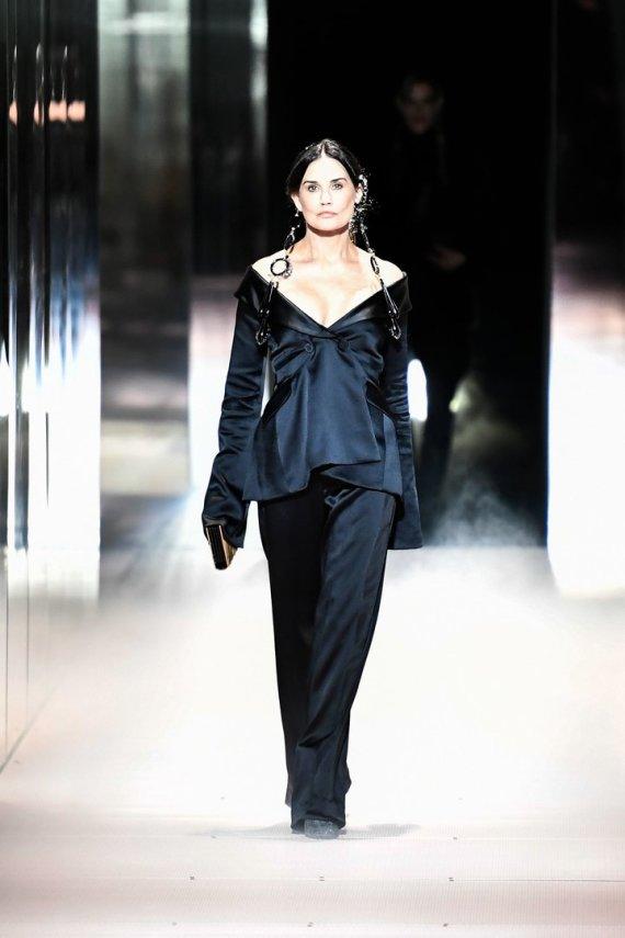 """AFP/""""Scanpix"""" nuotr./""""Fendi"""" 2021 m. pavasario ir vasaros aukštosios mados kolekcijos modelis: Demi Moore"""