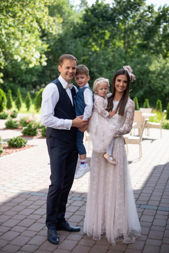 Gretos Minkevičienės nuotr./Nerijaus ir Agnės Juškų sūnaus Pauliaus ir dukters Evos krikštynų akimirka