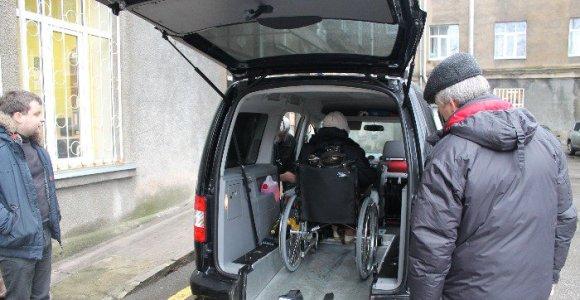 """Daugiau nei 400 neįgaliųjų liko ant ledo: Kauno valdžia neskyrė pinigų """"socialinio taksi"""" projektui"""