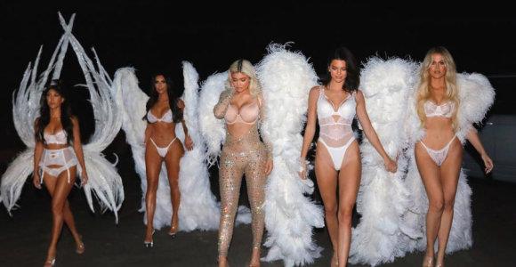 """Kim Kardashian svajonės išsipildymas: su sesėmis per Heloviną virto """"Victoria's Secret"""" angelais"""