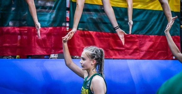 14-metė, Lietuvoje suvirpinusi širdis: J.Jocytės kelionė su kamuoliu per lietų ir sniegą