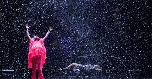 """Undinėlės ir vaizdai tuštumą paslėps nūnai. """"Vasarvidžio nakties sapnas"""" Šiaulių dramos teatre"""