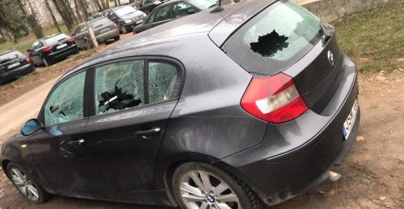 Kaune išniekintas BMW – išdaužti stiklai, pradurtos padangos, mašina subraižyta