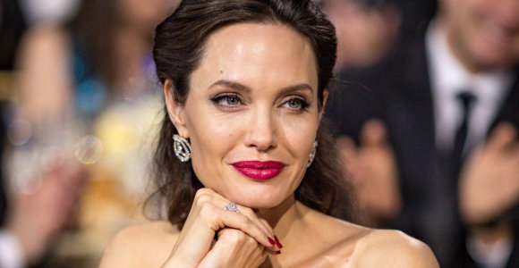 Po skyrybų atsigaunanti Angelina Jolie norėtų gyventi užsienyje, bet draudžia Bradas Pittas