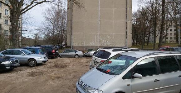 Vilnietis nustebo: per karantiną kiemuose ne ant asfalto stovintys automobiliai apdalinti baudomis