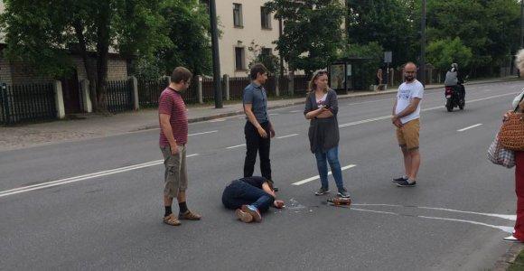 Autobuso vairuotojo ir neblaivaus keleivio konfliktas Kaune: vienas liko gulėti ant kelio