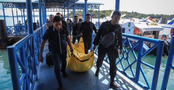 Indonezijoje dingus 13 žmonių skraidinusiam policijos lėktuvui jūroje rasta palaikų dalių