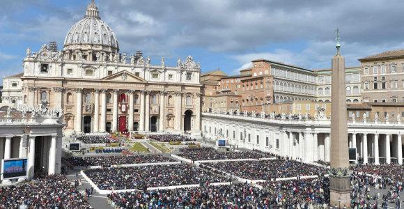 """Vatikanas smerkia """"paniekos aktą"""", kai į upę buvo sumestos statulėlės iš Amazonijos"""