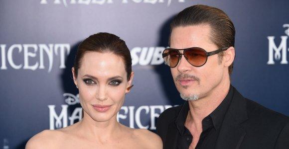 Angelina Jolie ir Bradas Pittas oficialiai vieniši: santuoka nutraukta po daugiau nei dvejų metų