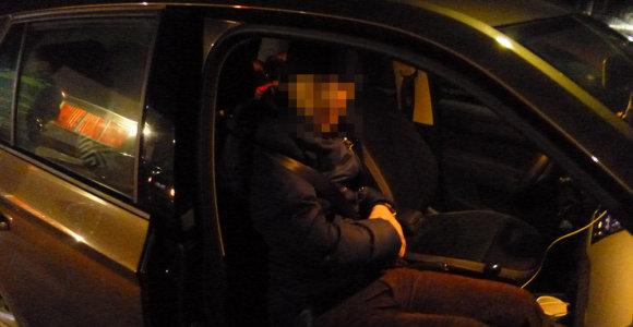 """Į mažą """"Škodą"""" susigrūdusi Rusijos piliečių šeima su 4 vaikais kelionę baigė pasienyje"""