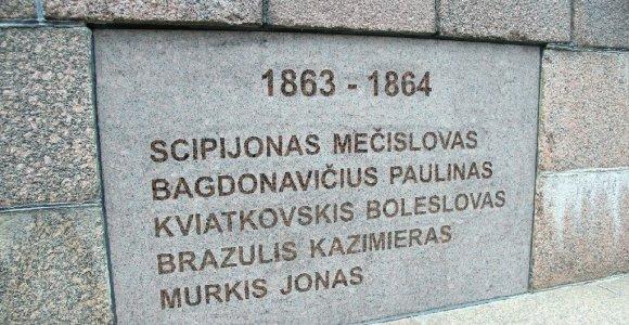 Į laisvės kovas simbolizuojantį paminklą Šiauliuose vėl įrašytos sukilėlių pavardės