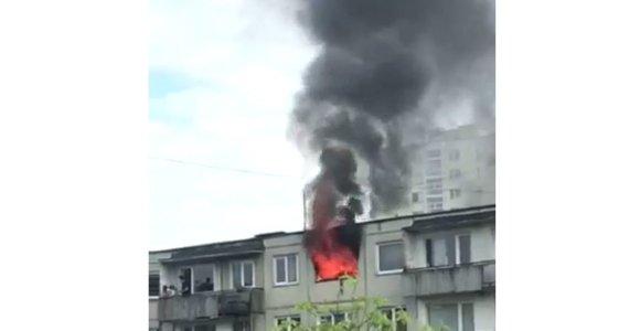 Penktadienio rytą Žirmūnuose atvira liepsna degė daugiabutis: išsigelbėjo motina su vaiku