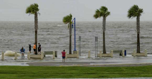 Audrai Barry artinantis prie Naujojo Orleano, tūkstančiai gyventojų liko be elektros