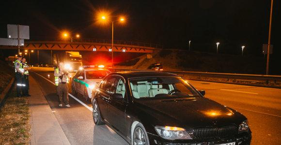 Naktinis reidas Vilniuje: girto BMW vairuotojo keiksmai ir vairavimo įgūdžius demonstruojantys abiturientai