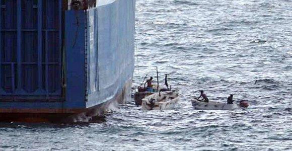 Prie Nigerijos krantų laivą užpuolę piratai paėmė įkaitais 19 jūrininkų
