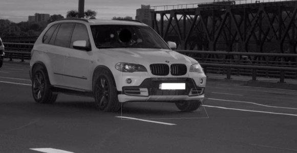 """Į """"trikojo"""" objektyvą dukart per valandą patekęs BMW paneigė populiarų mitą"""
