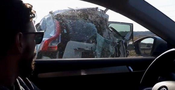 """Sunkvežimis su cisternomis suknežino """"Volvo"""": vairuotoja sveika, po avarijos prireikė ir ugniagesių"""
