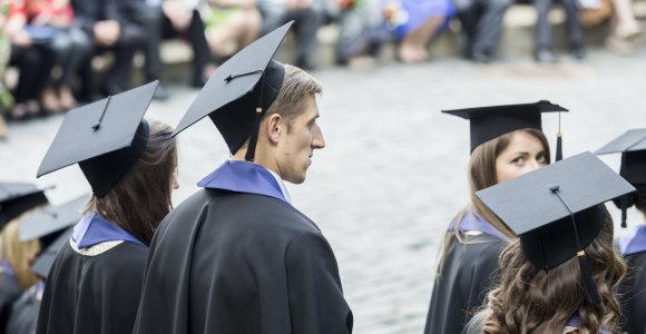 Absolventų pabaigtuvės per karantiną: darbus ginsis virtualiai, diplomus atveš kurjeriai