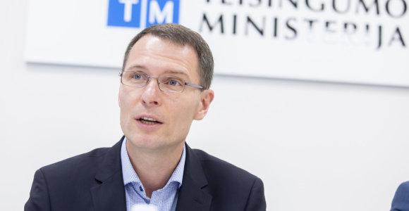 Teisingumo ministras žada griežtesnę laisvėje dirbančių nuteistųjų priežiūrą
