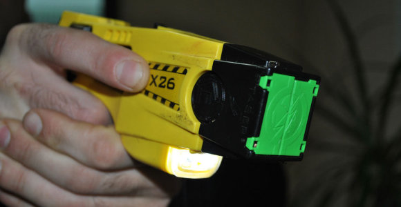 Policijai žinomas alytiškis metė į pareigūnų mašiną butelį, o patruliui sulaužė nosį