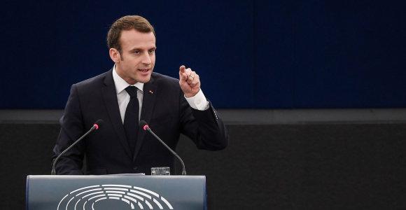 E.Macronas perspėja nerodyti silpnumo Rusijos prezidentui V.Putinui