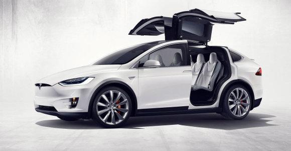 """""""Tesla"""" atšaukia 870 automobilių Kinijoje dėl defektinių stogų"""