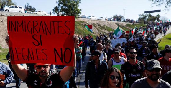 """Neapsikentę meksikiečiai ragina į karavaną susibūrusius migrantus: """"Nešdinkitės!"""""""