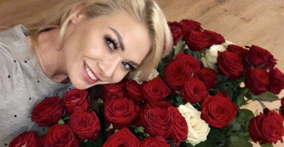 """Natalijai Bunkei Palangoje tūkstantį rožių dovanoti žadėjęs gerbėjas žodį tesėjo: """"Nebeturiu vazų"""""""