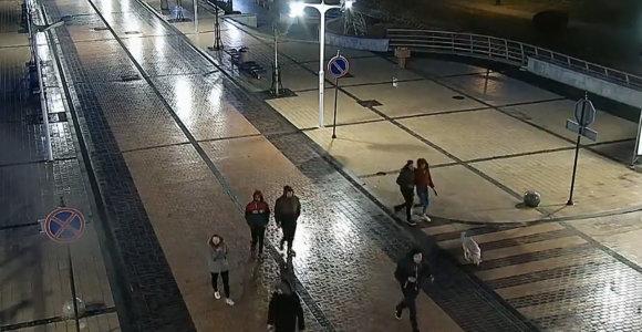 Palangos pareigūnai prašo pagalbos: nustatinėja ant tilto vėliavą nulaužusiųjų tapatybes