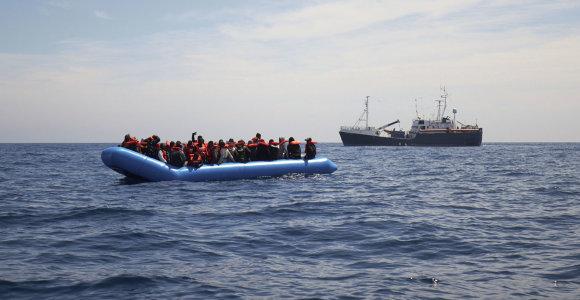 Viduržemio jūroje įstrigo dar vienas humanitarinės pagalbos laivas su 64 migrantais