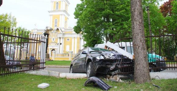 """Panevėžyje """"Audi"""" vairuotojas išvertė vyskupijos tvorą"""