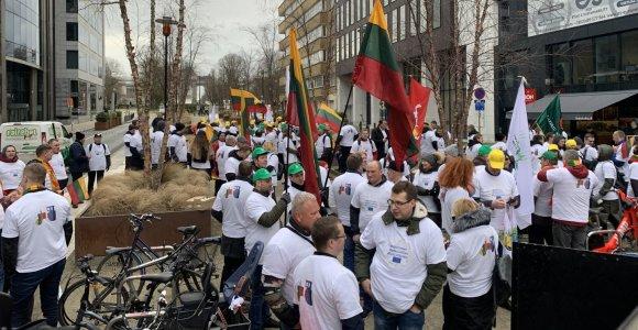 """""""Šimtą, šimtą!"""": Lietuvos ūkininkai Briuselyje reikalauja suvienodinti tiesiogines išmokas"""