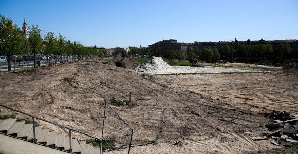 Vasara lepina, o pieva prie Baltojo tilto mėgautis negalima: darbai įstrigo