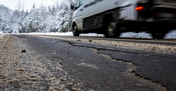 Per dieną išasfaltuota gatvė Vilniuje neatlaikė pirmos žiemos – vaizdas nedžiugina