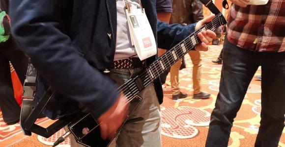 Ukrainiečiai sukūrė elektrinę gitarą, kuri tilps į mažą kuprinaitę
