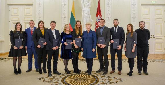 Prezidentūroje apdovanoti geriausių 2017 m. mokslo disertacijų autoriai