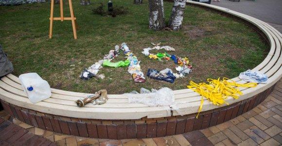 EK ir menininkai Palangoje gėdija šiukšlintojus: iš atliekų matosi jūsų paveikslas