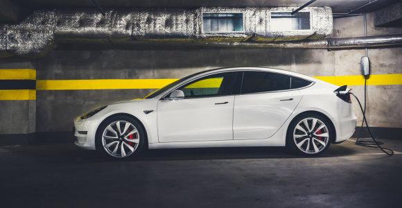"""Naujoji """"Tesla"""" funkcija kelia abejonių: vos išvengta rimtų incidentų"""