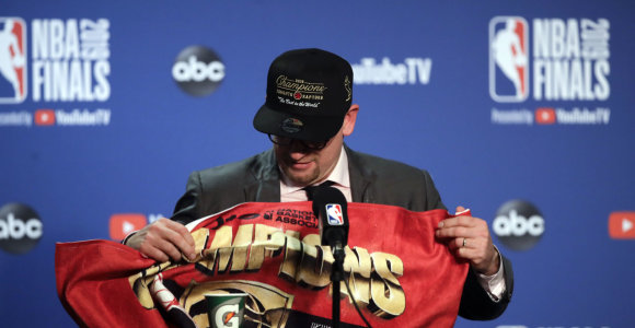 """Į čempionų titulą """"Toronto Raptors"""" atvedęs treneris – krepšinio klajoklis su gitara"""