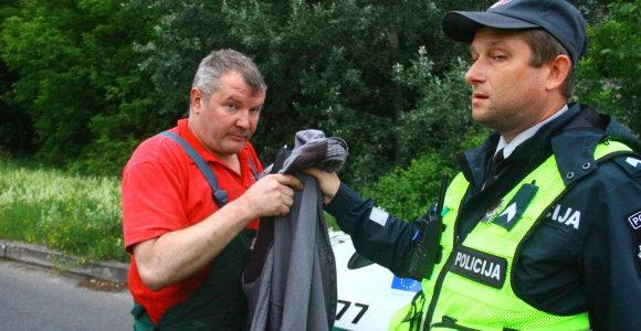 Panevėžyje girtas vairuotojas nuvertė kelio ženklą ir vos neatsitrenkė į pareigūnus