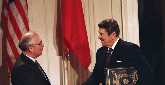 Prieš ir po Baltijos kelio: protestai Rytų Europoje, sovietų laikysena ir JAV nuomonės pokyčiai