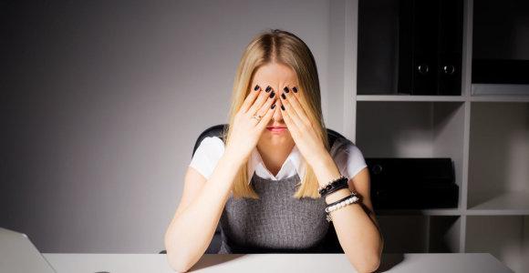Specialistė pataria, kaip pagerinti savo savijautą dirbant biure: skirkite dėmesio akims ir laikysenai