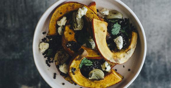 Lengvai vakarienei – su įvairiais priedais kepti moliūgai arba jų salotos. 10 receptų