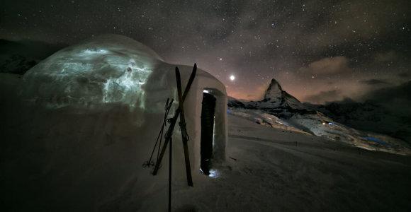 Šveicarijoje galite patys pasistatyti iglu ir jame praleisti naktį