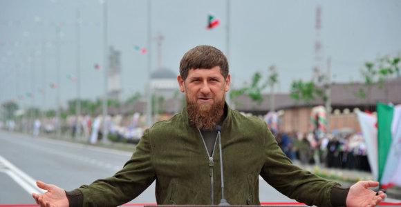 """""""Klaupiasi ir sako: Ramzanai, tu mūsų herojus"""". Kaip R.Kadyrovas susipyko su dagestaniečiais"""