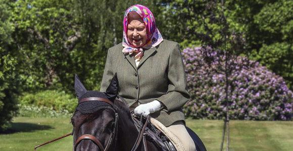 94-erių Elizabeth II nuo karantino paskelbimo pirmą kartą pasirodė viešumoje: įamžinta jodinėjanti žirgu