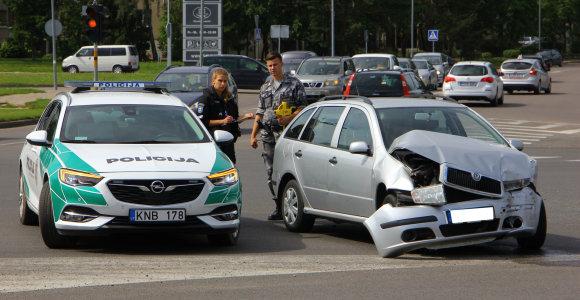 """Panevėžyje vaizdo registratoriumi užfiksuota avarija: """"Škoda"""" važiavo degant raudonai šviesai"""