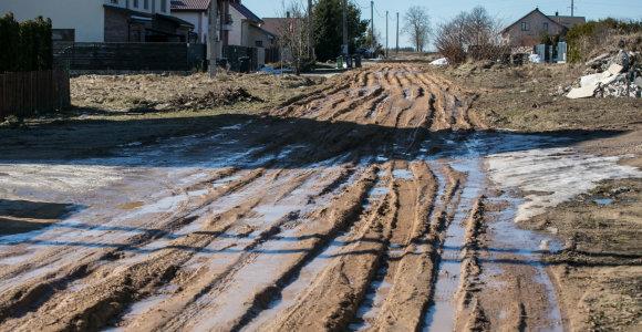 Seniūno žodžiai klampios gatvės įkalintiems gyventojams: dėl 8 namų asfaltuoti neverta